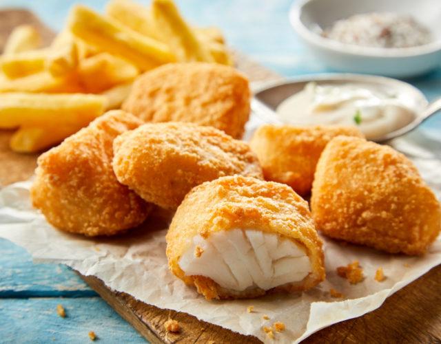 Une friteuse sans huile pour préparer du poulet pané et des frites croustillantes